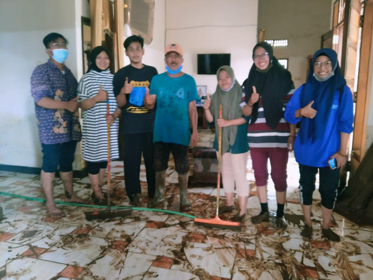 Mahasiswa Fakultas Dakwah IAI Syarifuddin Bantu Korban Banjir Lumajang
