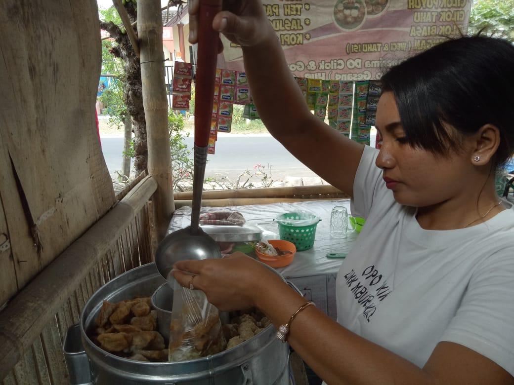 Penjual Cantik Cilok Mercon Gesang Sering Digoda Pembeli