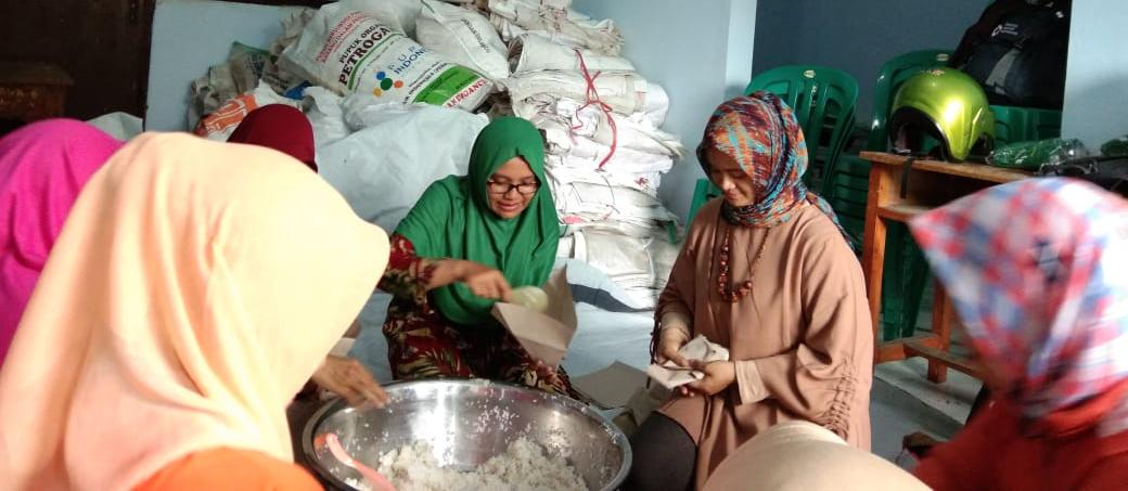 Mbak Farin Thoriq Juga Ikut Bungkusi Nasi Untuk Korban Banjir
