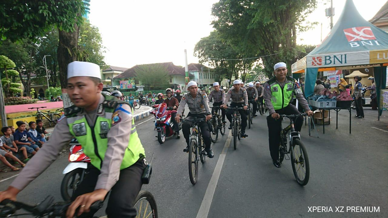 Satlantas Polres Lumajang Patroli Ngabuburit Naik Sepeda Onthel