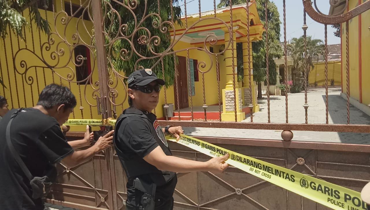 Amankan Barang Bukti, Tim Cobra Lumajang Pasang Police Line Rumah Bos Qnet Madiun