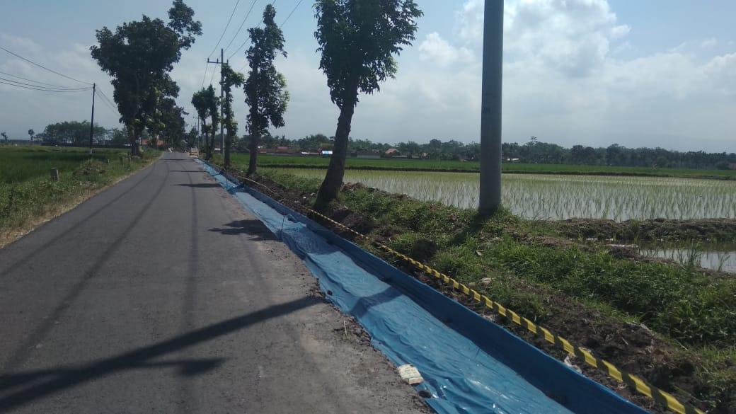 Pekerja Proyek Pelebaran Jalan Antar Kecamatan di Boreng - Blukon Gak Cag-Ceg