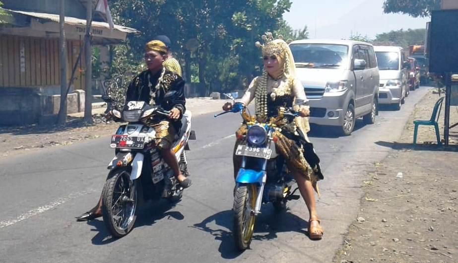 Shelly dan Darma Naik Motor Ke Pelaminan, Gaya Unik Bikers Lumajang
