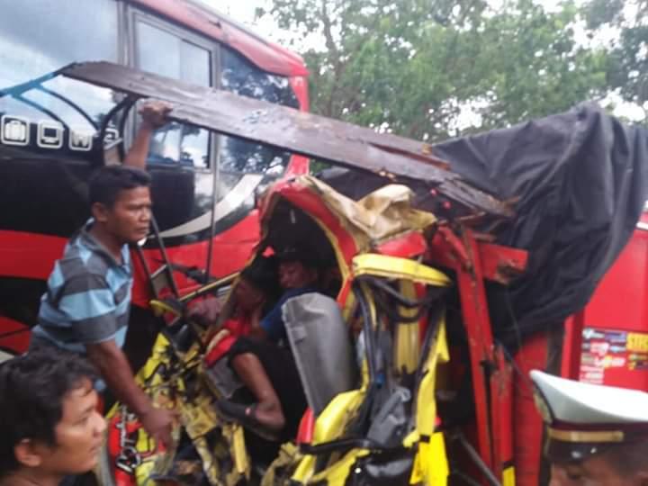 Diseruduk Bus Bagian Depan Truk Remuk dan Sopir Asal Bali Terjepit