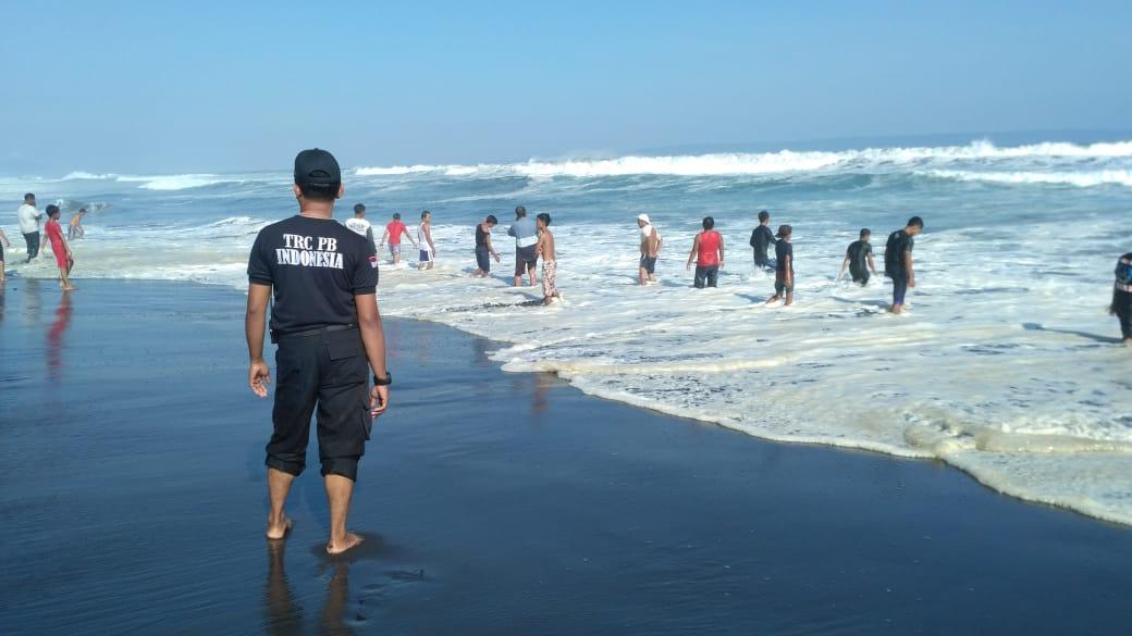 Rawan Gelombang Tinggi, Masyarakat Dihimbau Hati-Hati saat Lebaran Ketupat di Pantai
