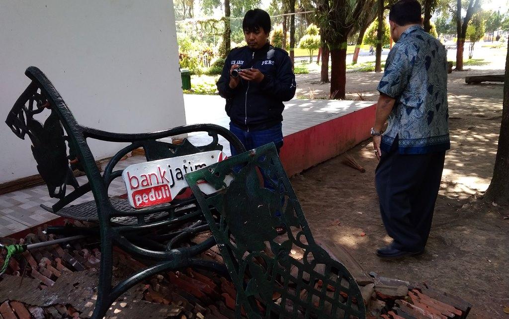Ulah Tangan Jahil Rusak Kursi di Alun-alun Lumajang