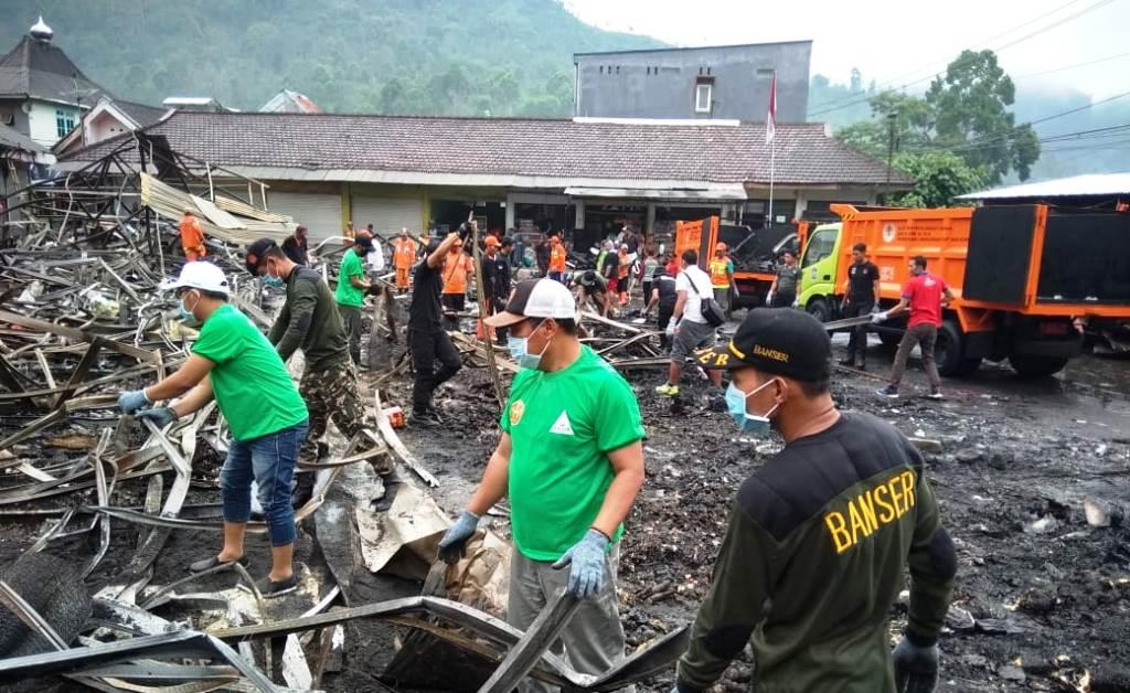 Ansor dan Banser Pronojiwo Ikut Bersihkan Bekas Pasar Terbakar