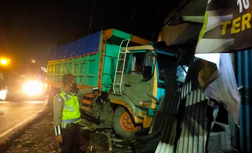 Rem Blong Truck Banyuwangi Seruduk Rumah Warga Ranuyoso Lumajang