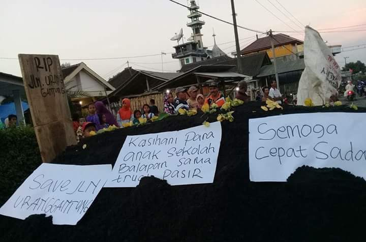 Geram, Warga Blokade Jalan Jugosari dari Truk Tambang Pasir