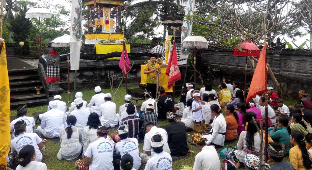 H. M. Nur Purnamasidi Anggota DPR RI Sapa Umat Hindu Pura Agung Amerta Bhuana Desa Pakel