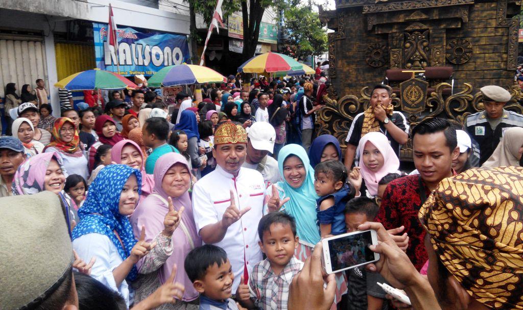 Muncul di Acara Karnaval, Bupati Lumajang Jadi Buruan Foto Bersama Para Penonton