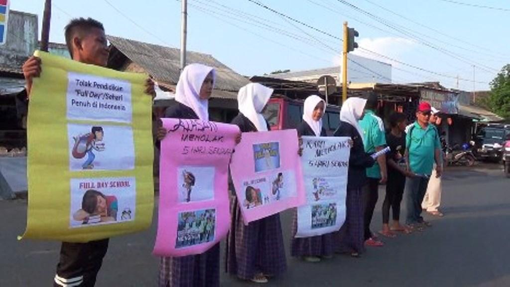 Tolak Full Day Scholl, Pelajar MTs-MA Wahid Hasyim Kunir Gelar Aksi Damai