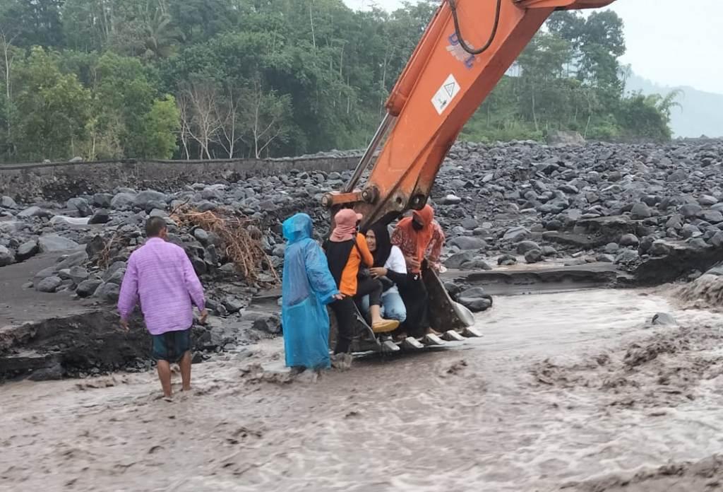 Viral! Evakuasi Tim Dokter Muter Terjebak Banjir Lahar Semeru Lumajang