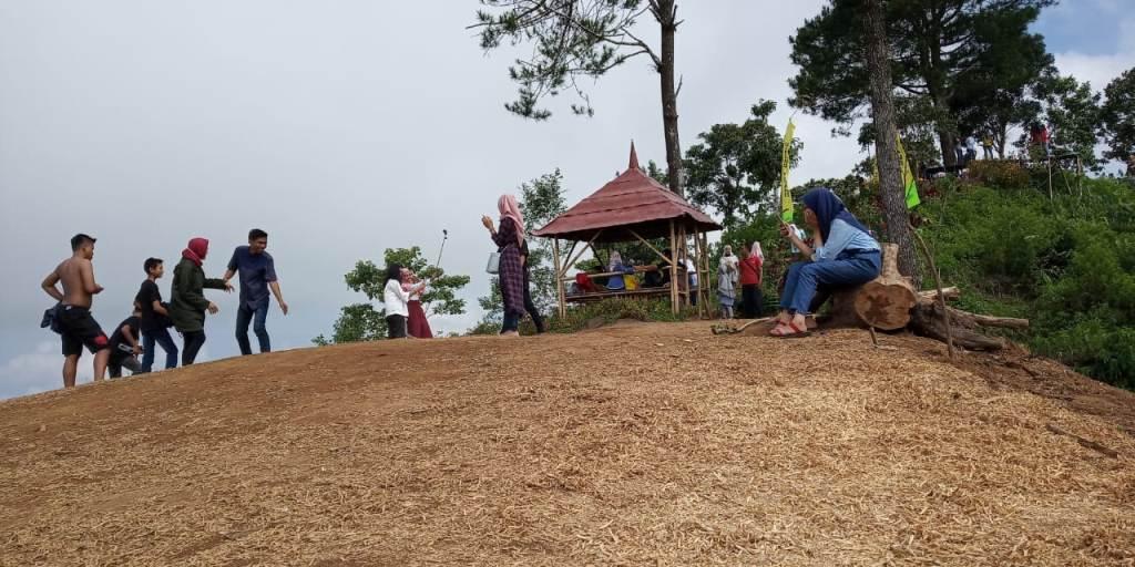 Libur Lebaran Ratusan Anak Millennial Berburu Foto Selfie di Gunung Wayang