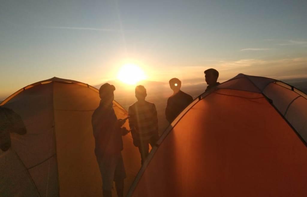Camping di Gunung Wayang Sambut Indahnya Matahari Terbit di Ufuk Timur