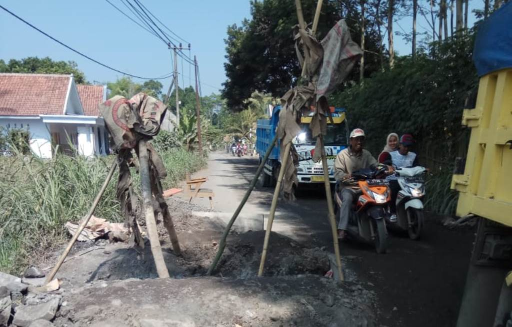 Dilewati Ratusan Truck Pasir, Jembatan di Desa Jarit Jebol