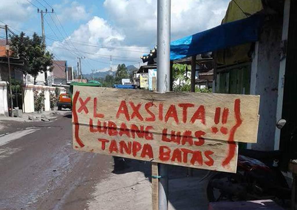 Unggah di Medsos, Warga Jarit Protes Jalan Rusak Dengan Tulisan Sindiran