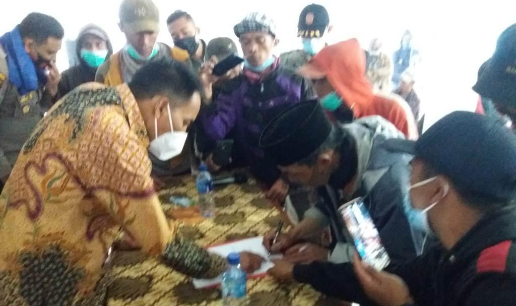 Puluhan Warga Ranupani Lumajang Protes Kepemimpinan Kades Untung