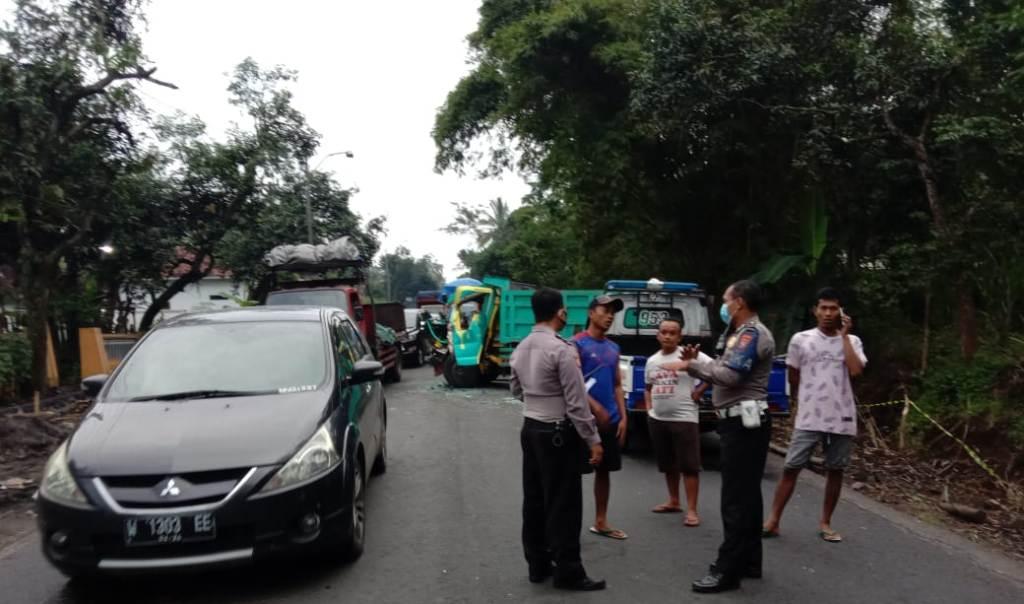 Rem Blong Truk Hino Seruduk 2 Kendaraan di Kedungjajang Lumajang