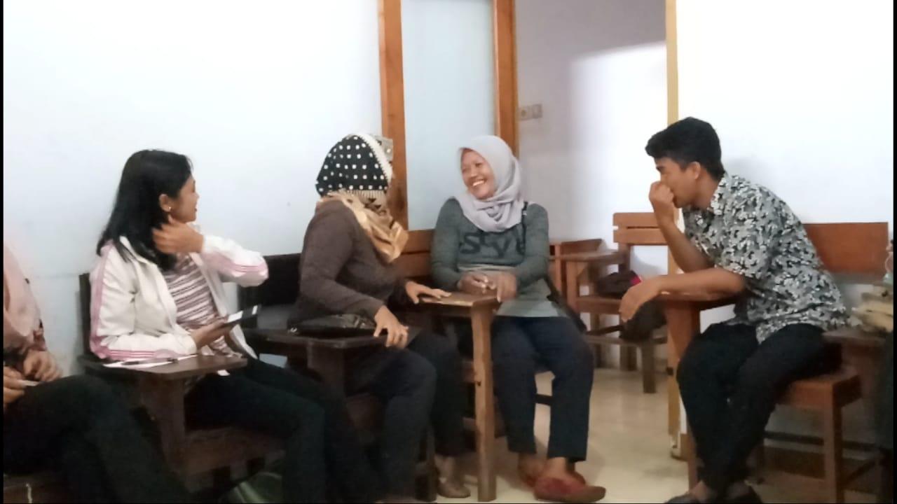 Keseruan Anggota HPI Belajar Bahasa Inggris