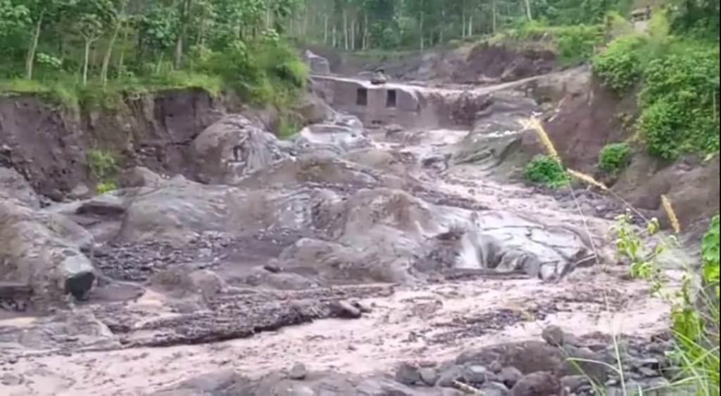 Lahar Dingin Sungai Kamarkajang Lumajang Seret Satu Warung