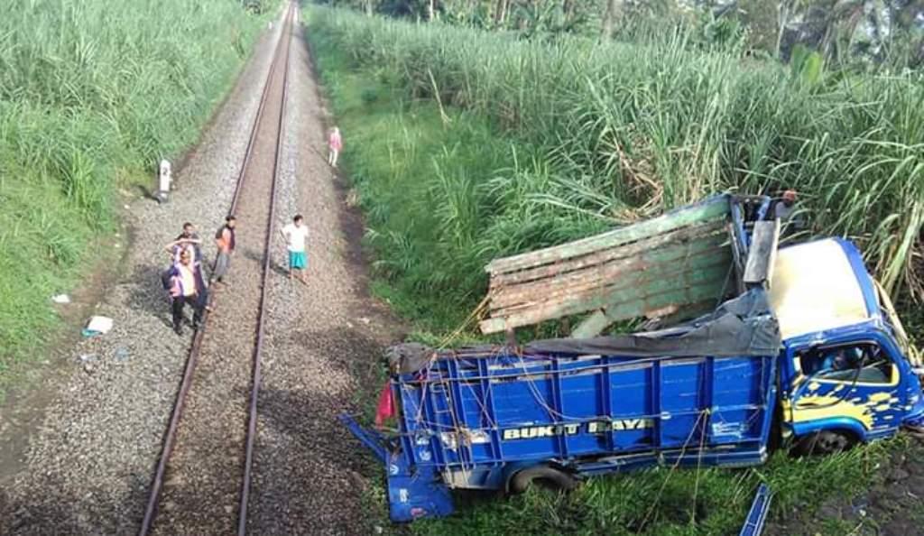 Tak Waspada, Truck Warga Probolinggo Masuk Jurang Rel KA di Randuagung