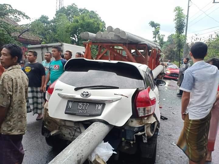 Laka Maut Jalur Ranuyoso Lumajang Yaris vs Truck Angkut Tiang Listrik