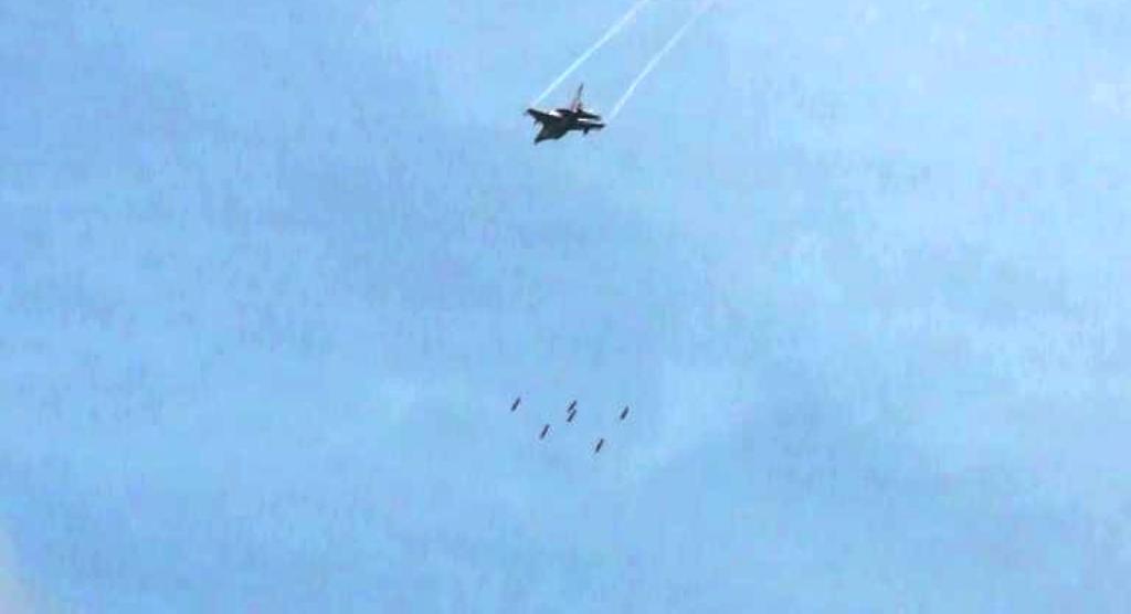 F-16 dan Sukhoi TNI-AU Gelar Latihan di Pantai Pandanwangi