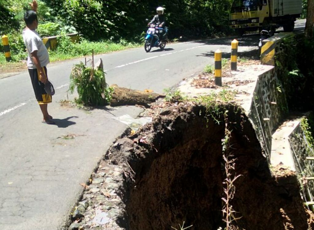 Longsor, Kondisi Jalan di Piket Nol KM 56 Menggantung