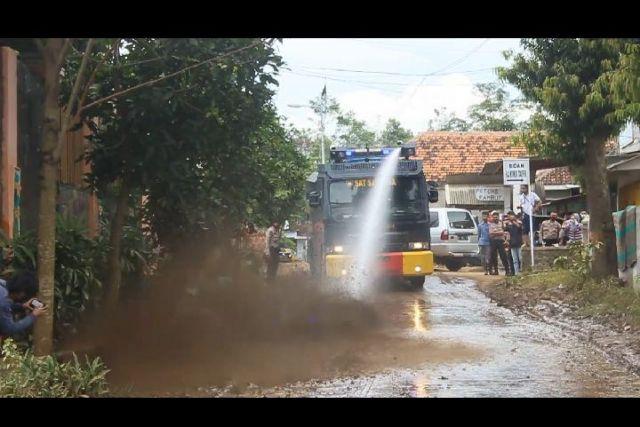 Water Canon Polres Lumajang Bersih Lumpur Jalanan Terdampak Banjir