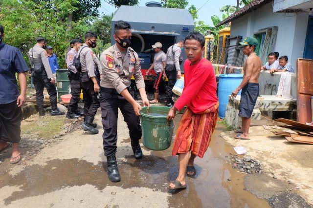 Polres Lumajang Berikan Bantuan Air Bersih Untuk Korban Banjir