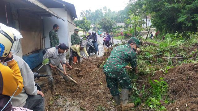 Jalur Piket Nol Longsor Sebabkan Lalin Lumajang - Malang Macet
