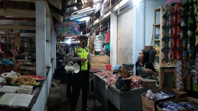 Polisi : Dipasar Senduro Pedagang Masih Banyak Tak Pakai Masker