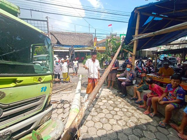 Rem Blong..! Truk Tronton Nyaris Seruduk Warung di Tempeh Lumajang