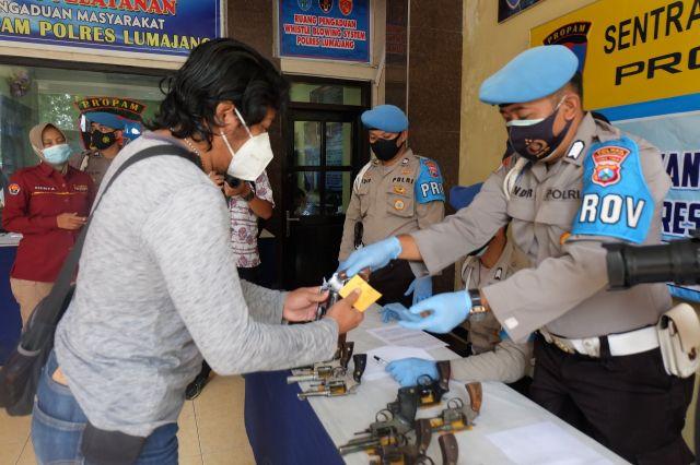 Kompol HendryCek Kondisi Senpi Anggota Polres Lumajang
