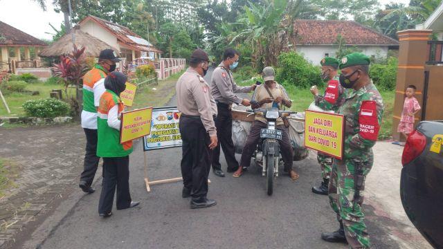 Polsek Rowokangkung bersama Koramil dan Kecamatan Rajin Operasi Masker