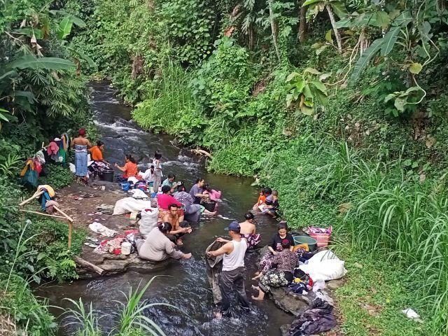 PDAM Matek Bikin Warga Lumajang Mandi Cuci Baju di Sungai