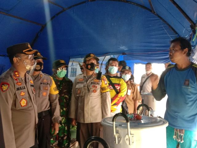 Kapolres Lumajang Cek Kesigapan Petugas Dapur Umum di Desa Supiturang