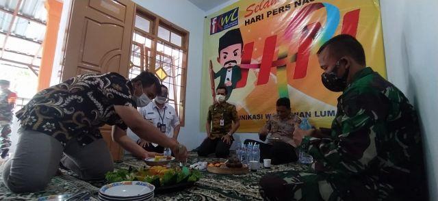 FKWL Lumajang Potong Tumpeng Sebagai Peringati Hari Pers Nasional 2021