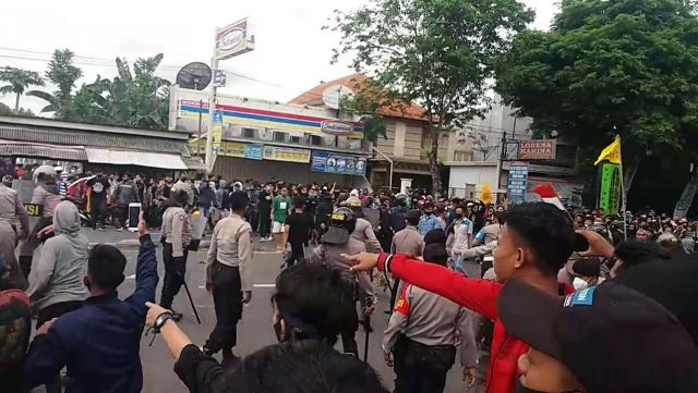 Detik - detik Bentrok  Demo Mahasiswa Lumajang di DPRD