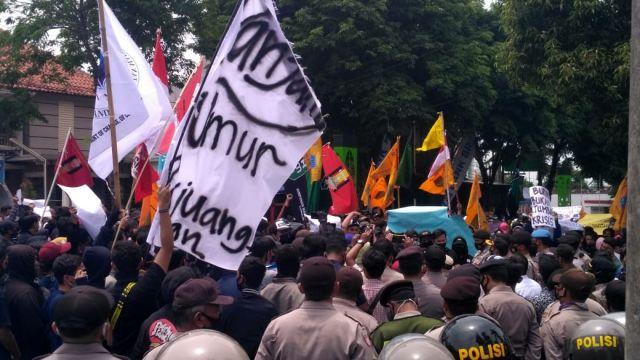 Ribuan Massa Lumajang Bergerak Kepung Gedung Wakil Rakyat