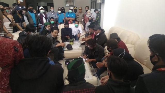 Demo Ricuh..! DPRD Lumajang Berikan Dukung Cabut UU Cipta Kerja