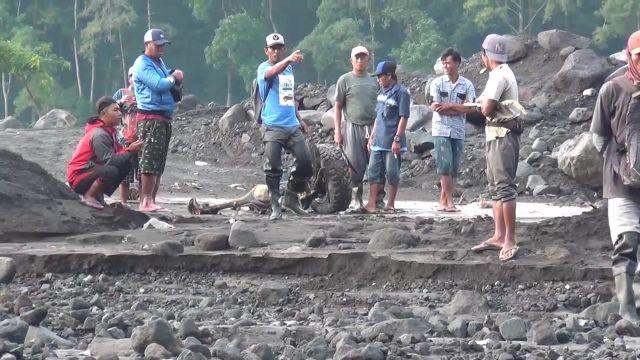 Roda Mobil Panther Terseret Lahar Dingin Semeru Lumajang Sejauh 5 Km