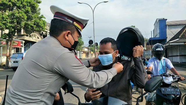 Satlantas Polres Lumajang Bagikan Masker di Pos Lantas Tangguh Semeru