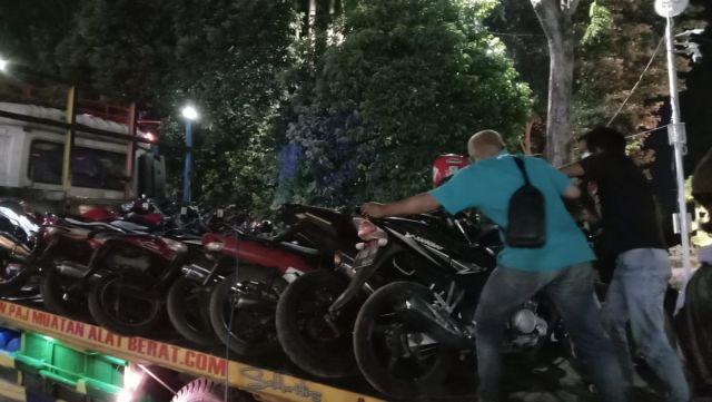 Tim Kuro Lumajang Grebek Arena Judi Sabung Ayam Amankan Ratusan Motor