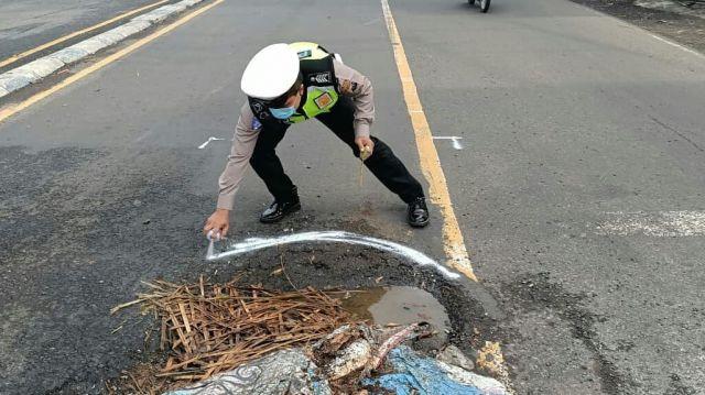 Satlantas Polres Lumajang Tandai Jalan Berlubang Pakai Pilok