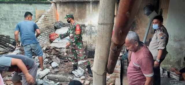 Polisi dan TNI  Yosowilanggun Bersihkan Rumah Terdapak Gempa Lumajang