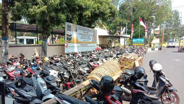 Tim Kuro Polres Lumajang Cek Pemilik Ratusan Kendaraan BB Sabung Ayam