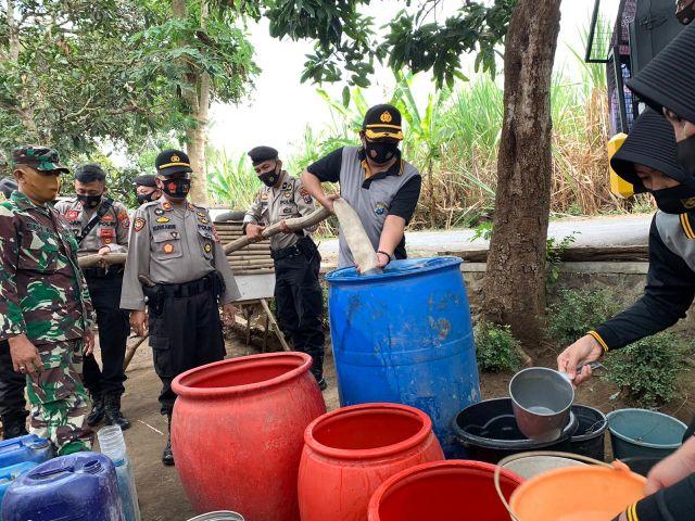Polres Lumajang Droping Air Bersih Bagi Warga Kedungjajang Kekeringan