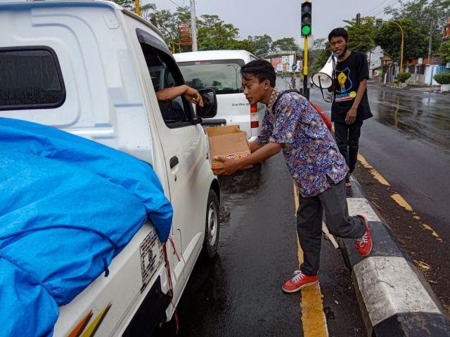 Aktivis Mahasiswa FDKI IAI Syarifuddin Lumajang Galang Dana
